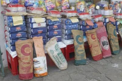 Auslage im Township-Supermarkt: Für umgerechnet 60 Euro gibt es das große Paket mit 40 Kilo Mehl, 10 Kilo Kartoffeln, Reis, Öl, Toilettenpapier, Seife. Für gut 15 Euro gibt es das Ganze eine Nummer kleiner. Auf alle Fälle kommt man eine Weile damit hin
