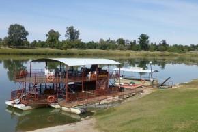 Mit diesem abenteuerlichen Gefährt kann man auf dem Orange River der untergehenden Sonne entgegenschippern.