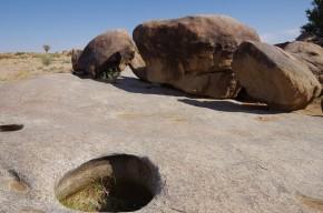Über die Entstehung der sogenannten Potholes gibt es unterschiedliche Theorien. Eine davon ist der Abschliff durch Wasserstrudel und Geröll.