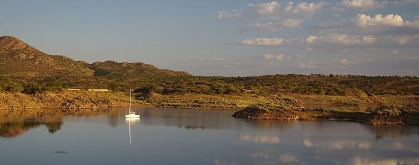 Der Stausee bei Rehoboth präsentiert sich bei Sonnenuntergang in prächtigen Farben.