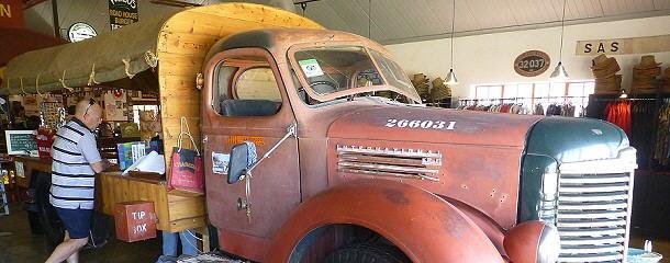 Die Rezeption im Canyon Roadhouse ist auf der Ladefläche eines alten LKW untergebracht