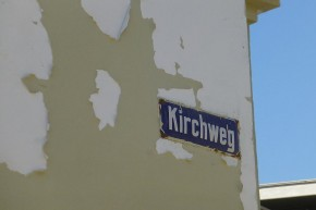 Das könnte in jeder deutschen Stadt sein, ist aber in Lüderitz der Weg zur Felsenkirche...