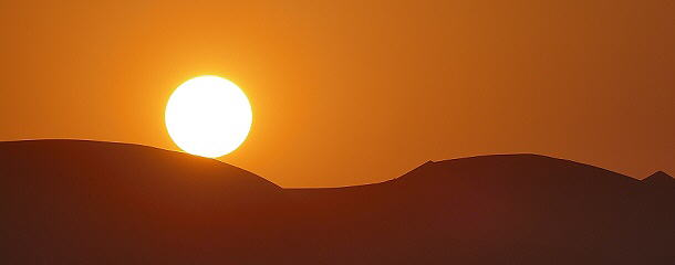 Da rollt die Sonne die Düne herab