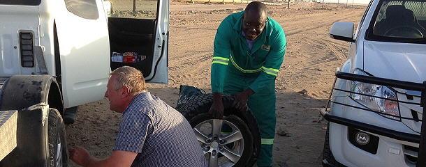 Cashwell hat mit uns nicht nur einen Ersatzreifen geholt, er half auch beim Wechseln der Räder.