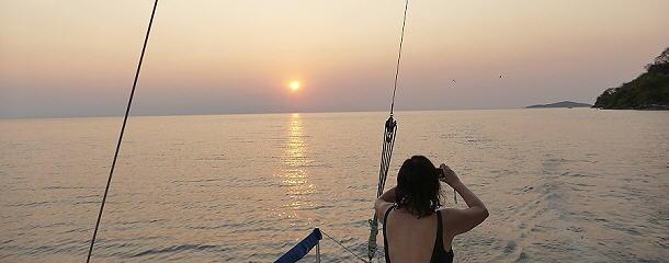 Mit dem Katamaran segeln wir in den Sonnenuntergang