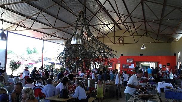 Weihnachtsmarkt in Namibia. Hier werden die Weihnachtbäume mit der Spitze nach unten aufgehängt
