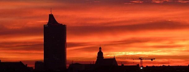 Der Sonnenaufgang taucht die Silhouette von Leipzig in zauberhafte Farben