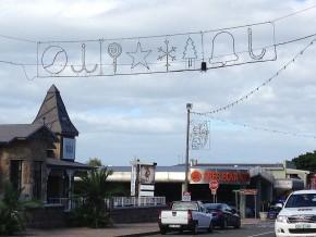 Kurz vor Ostern erinnert in Mossel Bay noch vieles an Weihnachten. Zum Glück wurde die Illumination am Abend nicht eingeschaltet.