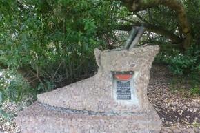 Der Postbaum in Mossel Bay ist einige hundert Jahre alt. Im Mittelalter hinterließen Seefahrer in einem am Baum deponierten Schuh Nachrichten. Schiffe, die jeweils in die andere Richtung unterwegs waren, nahmen die Nachrichten mit. So gelangten die Briefe recht schnell zu ihren Empfängern.