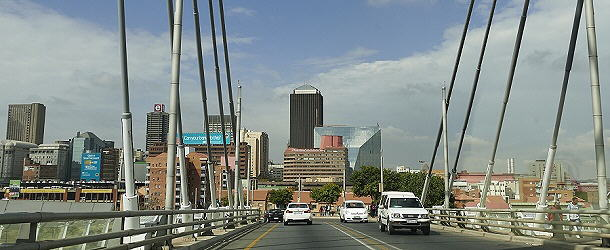 Die imposante Nelson-Mandela-Bridge führt direkt zur Skyline in Johannesburg.