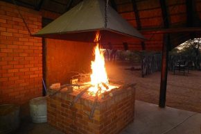 Nach der eisigen Dusche tut das warme Feuer gut.