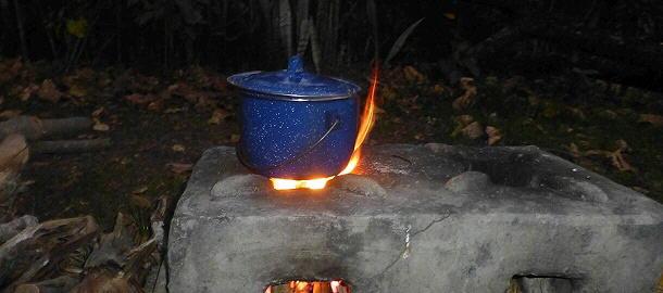 Haben uns einiges an Gas gespart: Die Kochstellen auf dem Campingplatz von Kapishya Hotsprings.