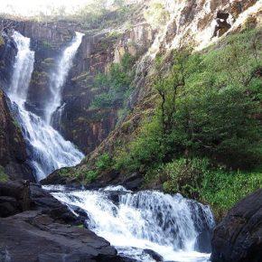 Wasserfälle und heiße Quellen