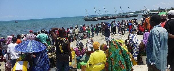 Warten auf frischen Fisch am Fischmarkt in Bagamoyo