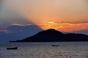 Kein Vulkanausbruch, sondern der Sonnenuntergang über Thumbi West Island.