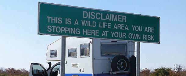 Schnell fotografieren und wieder einsteigen. Diese Schilder sieht man oft in Botswana.
