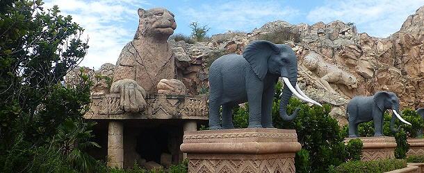 Ein Wahrzeichen von Sun City ist die Elefantenallee.