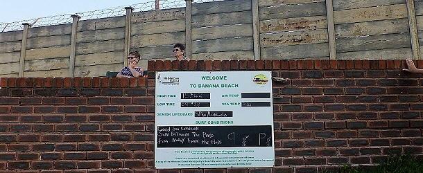Das ist weder ein Knast noch das Wachpersonal dafür, sondern der Strandzugang vom gut besuchten Banana Beach Resort bei Port Stepstone.