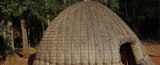 Typische Rundhütten im Camp von Mlilwane