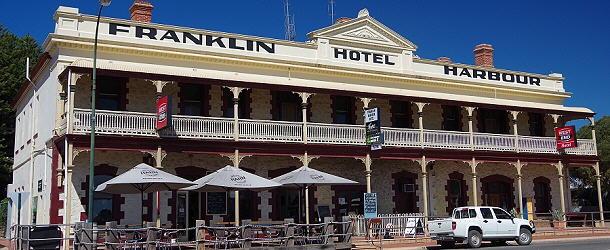 Auf dem Freisitz des Franklin Hotel zu Cowell schmeckt der Kaffee besonders gut.