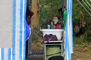 ... und Weihnachtsmänner bewachen die Vorzelte.