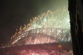 ... im Hafen von Sydney wurde ein riesengroßes Feuerwerk abgebrannt...