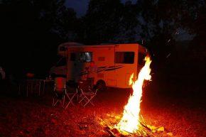 Im Gebirge ist es frisch, aber am wärmenden Feuer lässt es sich aushalten.