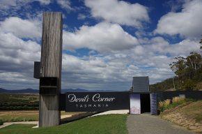 Beeindruckend: Der Eingang zum Weingut Devils Corner mit Aussichtspunkt.