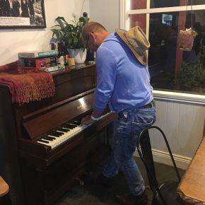 ... und in der Ecke ein Klavier.