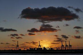 Auch ein Hafen kann schön sein, so der in Melbourne bei Sonnenuntergang.