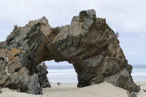 Am Strand finden sich oft skurrile Formationen, hier der Arch at Mars Bluff auf Bruny Island.