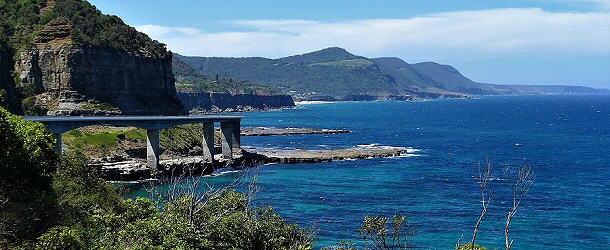 die Sea Cliff Bridge, im Hintergrund der Royal Nationalpark vor den Toren von Sydney