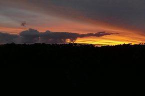 Der blaue Streifen am Horizont leuchtete abends in samten Rottönen.