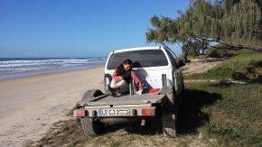 Kurz bevor wir den Nissan im Sand versenkt haben, gab es auf der Strandterrasse noch ein zünftiges Frühstück.