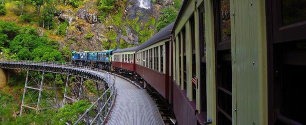 die Kuranda Bahn passiert den Stoney Creek Wasserfall