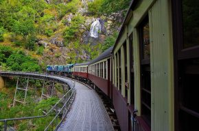 Trotz Regenwetter beeindruckend - die Kuranda Bahn passiert den Stoney Creek Wasserfall.