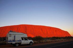 Auch in der Morgensonne strahlt der Uluru in den schönsten Farben.