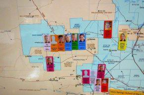 ... und an der Wand hängt eine große Landkarte mit den Wohnorten der Schüler.