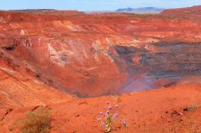 In der Nähe des Karijini Nationalparks wird Eisenerz abgebaut. Wir haben die zweitgrößte Mine der Welt in Tom Price besucht.